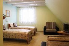 Četrvietīgs numurs ar divām vai vienu lielu gultu